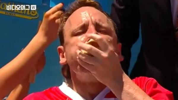 '10분에 72개' 꿀꺽… 핫도그 많이 먹기 대회에서 신기록