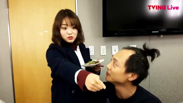 ′최초공개′ 석포빌라팀 ′미녀 작가!′의 초밥 먹방