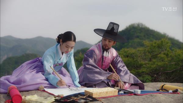 산에 올라 함께 그림을 그리는 윤시윤과 진세연!