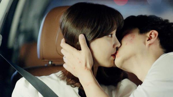 """""""난 이런 남자"""" 준호, 정려원에 기습 박력 키스♥"""