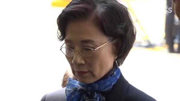 '갑질 폭행' 의혹 이명희 이사장, 경찰 출석