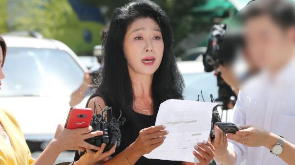 """′경찰 출석′ 김부선 """"이재명과 연인관계 입증할 자료 많아"""""""