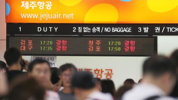 제주도, 태풍 ′솔릭′ 영향권…제주공항 항공편 결항 속출