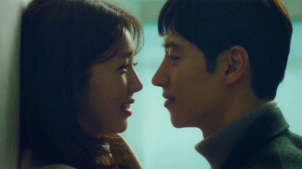 이제훈♥채수빈, 후끈 달아오르는 벽치기 '로맨틱 스킨십'