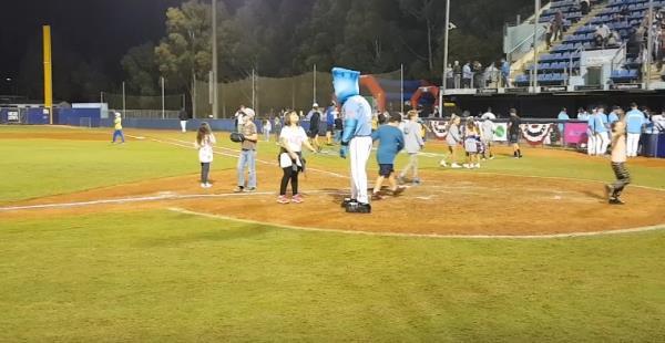한국서는 꿈도 못꾸는 야구문화…경기 후 아이들 놀이터로