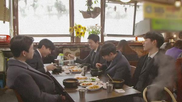 '남자 인턴들의 첫 식사' 형들의 사랑♥을 독차지 하고 있는 막냉이 상호!