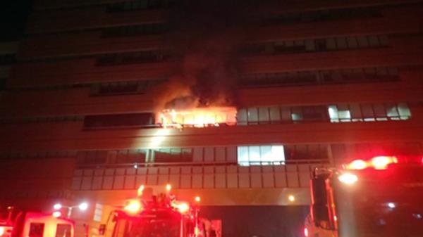 """""""유리창 와장창""""…카이스트 폭발 화재 ′소방관 2명 화상′"""