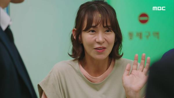 김영란의 수술을 위해 혈액을 제공하는 심이영